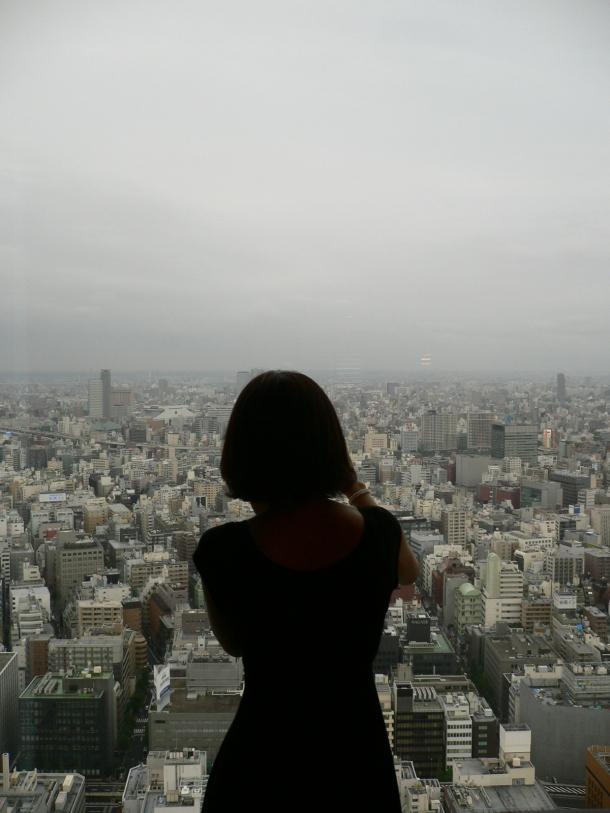 Ma femme, surplombant Tokyo